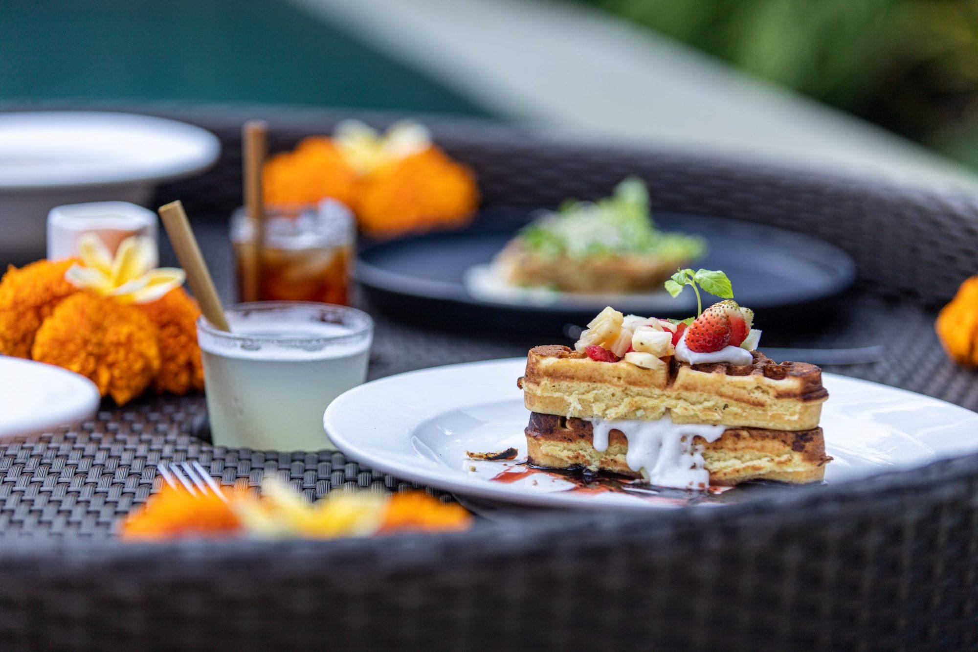 floating breakfast in bali, floating breakfast ubud, where to get a floating breakfast, dedary kriyamaha ubud floating breakfast