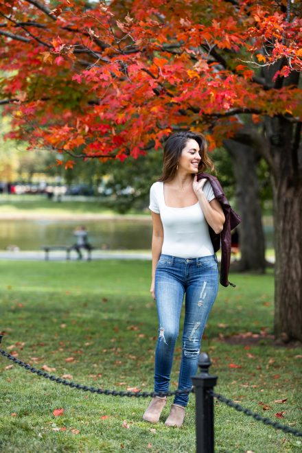 Luxury travel & lifestyle blogger, Megan Elliot at Lush to Blush shares a walk through the Boston Public Garden paired with an easy late summer early fall outfit!